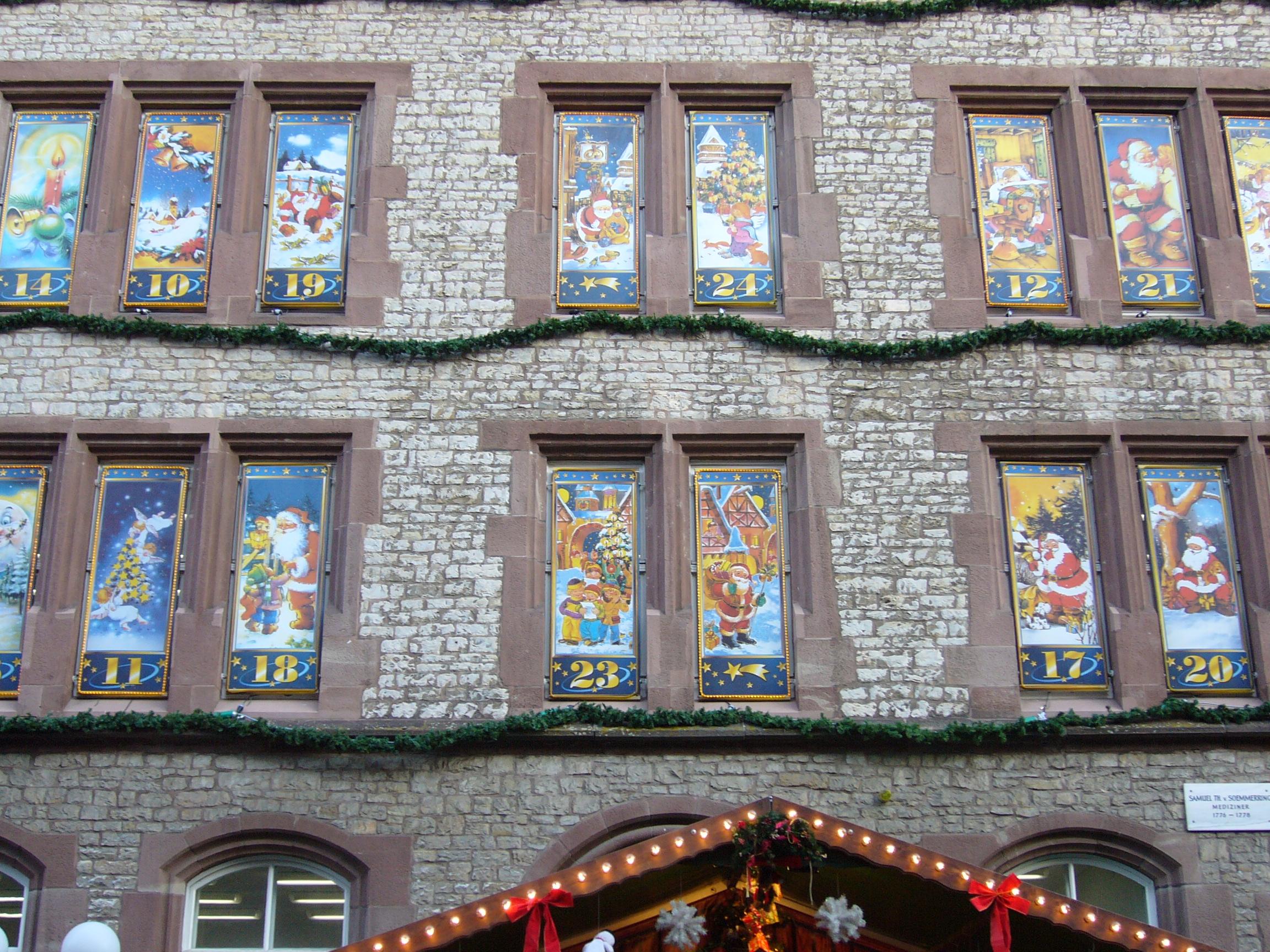 Die Fenster als Adventskalender, dazwischen hängen grüne Bänder!