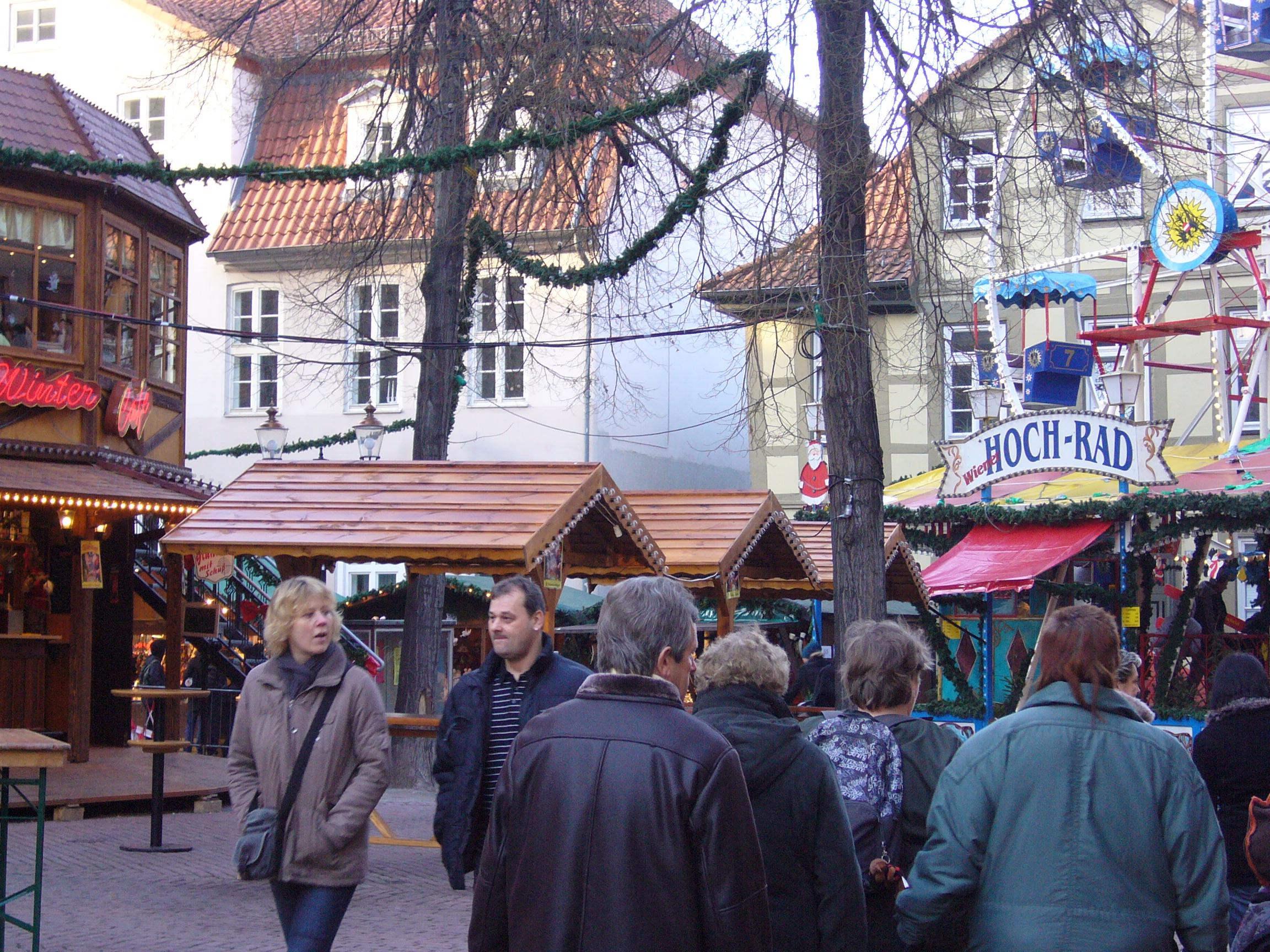 Auf dem Weihnachtsmarkt, da ist es toll, darum ist es meistens voll.