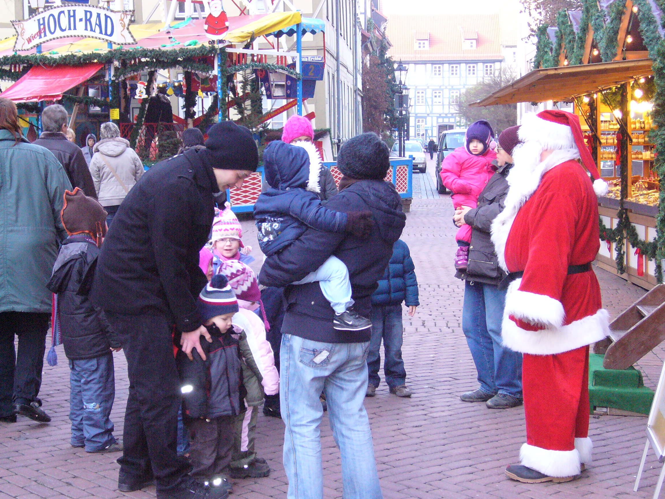 Die Kleinen geh'n zum Weihnachtsmann und singen ihre Lieder dann.