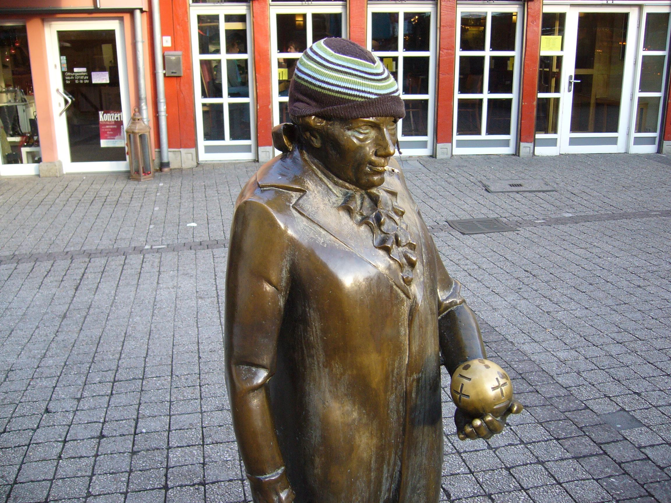 Ein Herr steht vor dem Rathaus